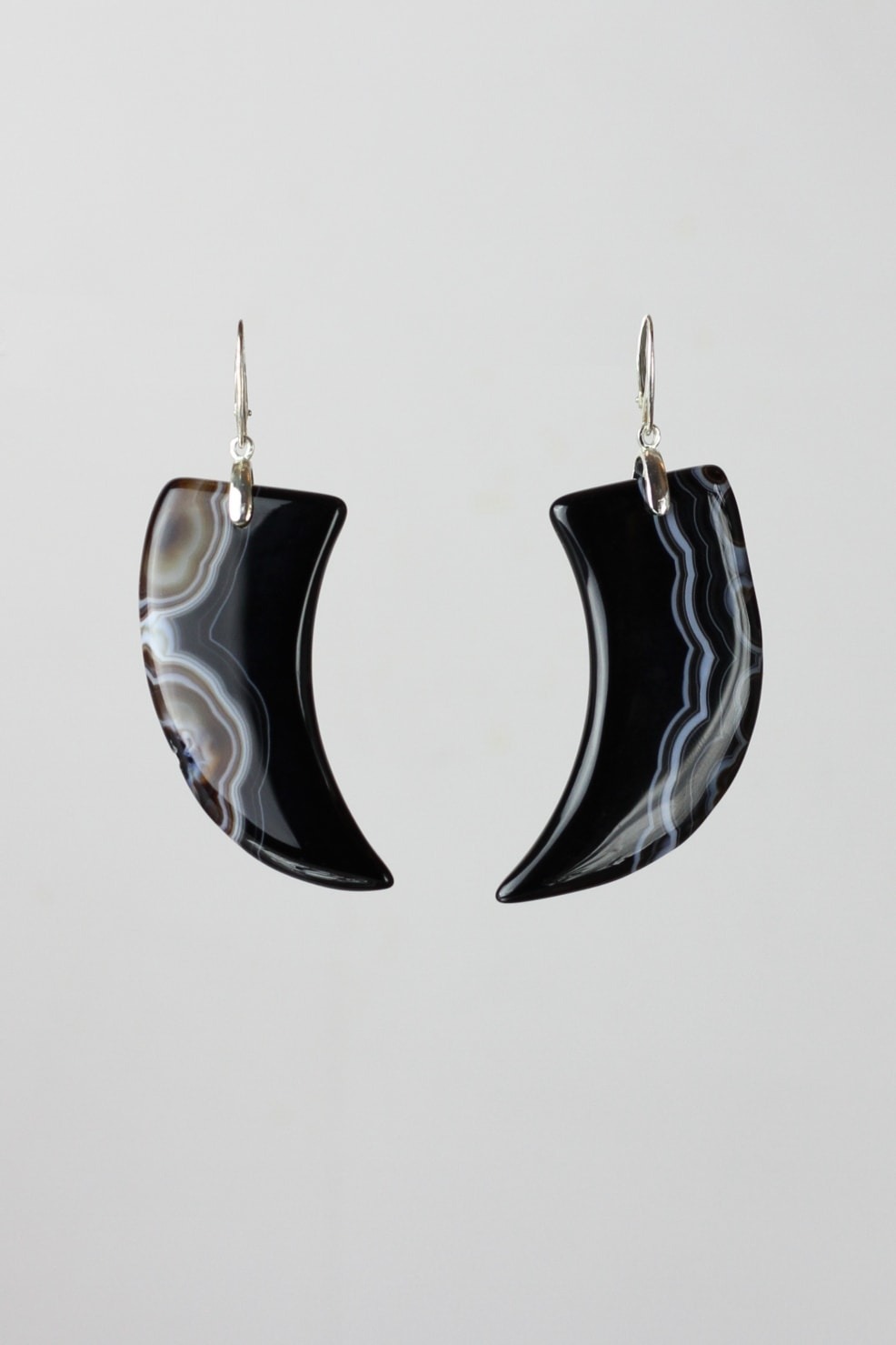 Claw-shaped agate and silver earrings